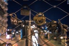 在金属线篱芭的锁 免版税库存图片