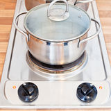 在金属罐的开水在扁平烤盘 免版税库存照片