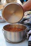 在金属罐的豆汤 库存照片