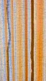 在金属背景的垂直的铁锈条纹 图库摄影