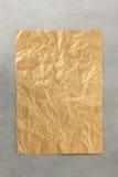 在金属背景的起皱纹的纸 免版税库存照片