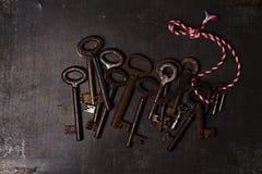 在金属背景的铁钥匙 免版税库存照片