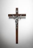 在金属背景的银色和木耶稣受难象 免版税图库摄影