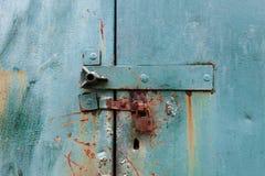 在金属蓝色门的老生锈的锁 免版税库存照片
