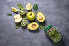 在金属螺盖玻璃瓶和成份的健康绿色圆滑的人 库存图片
