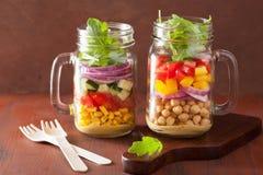 在金属螺盖玻璃瓶的健康菜鸡豆沙拉 免版税库存图片