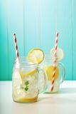 在金属螺盖玻璃瓶的柠檬水 免版税库存图片