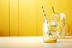 在金属螺盖玻璃瓶的自创柠檬水 库存照片