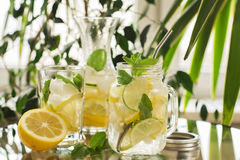 在金属螺盖玻璃瓶的自创柠檬水 免版税库存图片