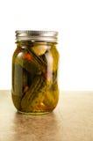 在金属螺盖玻璃瓶的自创腌汁 库存图片