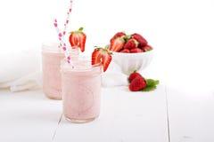 在金属螺盖玻璃瓶的草莓奶昔 免版税库存图片