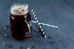 在金属螺盖玻璃瓶的被冰的咖啡 免版税库存图片