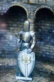 在金属装甲的中世纪骑士雕象 免版税图库摄影