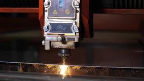 在金属角度研磨机期间切口的火花  在生产制造的机器人在金属工艺工厂 影视素材