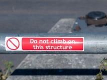 在金属路轨的红色贴纸在这个结构不上升 免版税图库摄影
