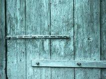 在金属铰链的车库门老装饰 免版税库存照片