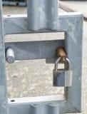 在金属门的挂锁 免版税库存图片