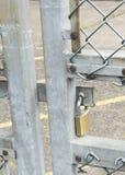 在金属门的挂锁 库存图片