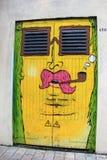在金属门绘的街道艺术的乐趣例子,五行民谣,爱尔兰,秋天, 2014年 免版税库存照片