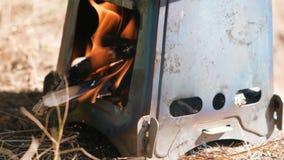 在金属阵营熔炉火炉的火在户外森林 股票视频