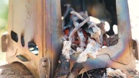 在金属阵营熔炉火炉的煤炭在森林户外侧视图 影视素材