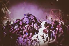在金属音乐会, Hellfest节日的Crowdsurfing 库存图片