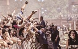 在金属音乐会, Hellfest节日的Crowdsurfing 免版税库存照片
