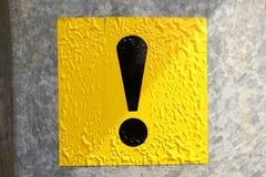 在金属黏贴的黑和黄色惊叹号 免版税库存照片