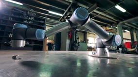 在金属齿轮的运作的胳膊移动在工厂 影视素材