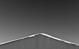 在金属仓库屋顶的雪  图库摄影