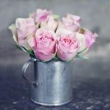 在金属cup1的桃红色玫瑰 免版税库存图片