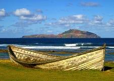 在金斯敦海滩的老捕鲸小船 免版税图库摄影