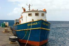 在金斯敦港口的一只相互海岛货船 库存图片