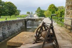 在金斯敦磨房的空的运河锁,安大略 免版税库存图片