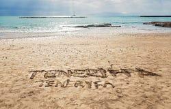 在金沙子的手写的标志-在肋前缘阿德赫,特内里费岛-加那利群岛的Torviscas海滩 图库摄影