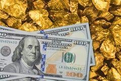 在金矿关闭的一百美元钞票 与美元和金子的采矿业概念 免版税库存图片