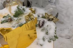 在金箱子的一件礼物说谎雪搽粉 免版税图库摄影