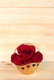 在金篮子,情人节,婚礼之日,木backg的红色玫瑰 图库摄影
