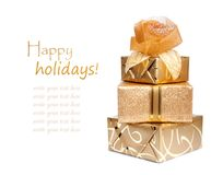 在金纸的美丽的礼物盒与丝绸上升了 免版税库存照片