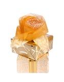 在金纸的美丽的礼物盒与被隔绝的丝绸玫瑰 免版税库存照片