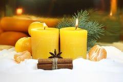 在金背景的圣诞节蜡烛 免版税图库摄影