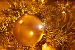 在金背景的圣诞节装饰 免版税库存照片