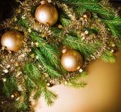 在金背景的圣诞节静物画。 免版税图库摄影