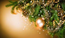 在金背景的圣诞节静物画。 免版税库存图片