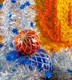 在金背景的银色闪耀的闪亮金属片和圣诞节球 库存照片