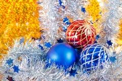 在金背景的银色闪耀的闪亮金属片和圣诞节球 库存图片