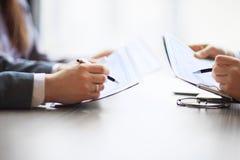 在金融分析员桌面会计科目表,笔的银行业务表明图表 库存图片