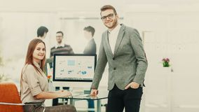 在金融投资的公司的顾问和经理在工作场所在一个现代办公室 库存照片