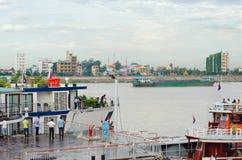 在金边自治口岸的船,在柬埔寨 图库摄影