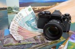 在金钱和照片的照相机 免版税库存图片